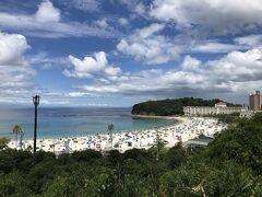 白良浜海水浴場は、夏休みもあって多くの人が泳ぎに来てる。
