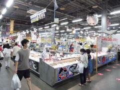 『とれとれ市場南紀白浜』、新鮮なたくさんの種類の魚介類が売られてます。