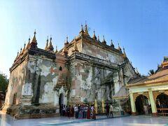 【マヌーハ寺院】(Manuha Temple) 11世紀半ばに、捕虜になったマヌーハ王が釈放された後、建てた寺。 巨大な3体の座像と1体の涅槃像が安置されています。
