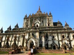 【タビニュ寺院】(Thatbyinnyu Temple) 約61メートルもの高さを誇る、バガンで最も高いお寺。 周囲に高い寺院が無いので、遠くからでもその堂々たる御姿が眺められます。今作TOPの写真もこの寺院です。  タビニュとは、全知全能の者という意味で、仏陀を表しているんだって。 12世紀の中頃、パガン王朝の第4代アラウンシードゥ王により建立