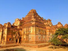 【ダマヤンジー寺院】 (Dhammayangyi Temple) 12世紀、王位即位のため自分の父と兄を殺害したナラトゥ王が、罪滅ぼしのために建設した寺院。 しかし王位に就いたのもつかの間、結局王も暗殺されてしまったため、建設途中で工事は中断。生前から評判が良くなかった王の遺志を継いで寺院を完成させようとする者はおらず、そのまま荒れ果て、結局今現在も、未完の寺院となっているんだそう。  でもなんか、私としては、この重厚な雰囲気が結構好き。 外観はバガンの中でも一番好きかもしれない。