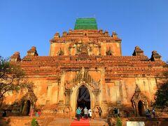 【スラマニ寺院】(Sulamani Temple) 1183年にナラパティスィードゥー王によって建てられた寺院。 スラマニとは「最高の宝石」という意味だそうです。  いよいよこちらがバガン最後のお寺。頭頂部が修繕中なのはご愛敬