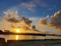 8月15日(2日目)。 朝起きてから、前浜ビーチに沿ってお散歩をしました。阿嘉港まで来ると、朝日が見えました。