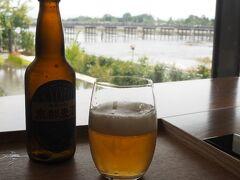 今渡って来た渡月橋を眺めながら朝からビール。 たまらん!
