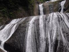 観瀑台へ出ると、袋田の滝は目の前に見える。 久しぶりの出会いである。 岩盤を糸のように流れ落ちる様は、名瀑と言うのに相応しい。 「四季に一度ずつ来てみなければ本当の良さはわからない」と西行法師が絶賛したとされ、別名『四度の滝』と呼ばれているそうだ。 また、滝が4段になっていることから、そう呼ばれるとも云われる。