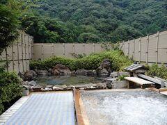 滝を観た後、バス停へ戻る途中にある袋田温泉で汗を流すことにした。 『豊年万作』という宿で日帰り入浴を頼んだのだが、浴室へ行って驚く。 滝や温泉街も人が多く、この宿の駐車場も車でいっぱいだったのだが、何と大浴場には誰も居なかった。 おかげで、のんびりとした時間を過ごすことができた。