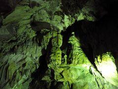 洞窟の入口は、森の中にあった。 中へ入ってみると、すぐに見事な鍾乳石が現れた。 そして、外の暑さを忘れるほどの涼しさであった。