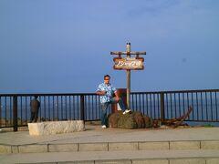ノシャップ岬で記念撮影 後方には、礼文島と利尻島が見える。