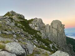 左・・宝剣岳 右・・ゴリラ岩もピンク色に染まってきました