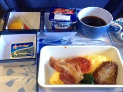 短い滞在を目いっぱい過ごしたいので、中心部に近い松山空港に着く羽田午前発のチャイナエアラインを予約しました。 お約束の機内食写真。卵とベーコンがついているので朝食なのかな。 友人のG子さんと2人旅ですが、遠距離友達なので別々の便を使いホテル現地集合の予定です。
