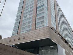 台北晶華酒店(ザ リージェント タイペイ)、とうちゃくー カートをゴロゴロ引きながら正面入り口の長いスロープを登ります。 ちょっと奮発して高級ホテルです。でも「徒歩で来た」というのはいかがなものか。まあいいか。