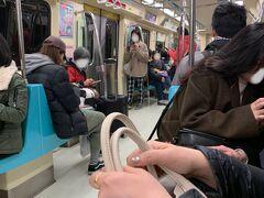 歩けなくなるほど食べるふたり。 目の前の地下鉄「松江南京駅」から一駅だけ乗ってホテルに帰ります。