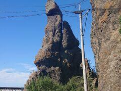 まずは、夜釣りの場所を下見。  朝に車から「亀岩か?」と勘違いしていたのは、「知床サイクルサポート」の目の前にある「ゴジラ岩」だった。