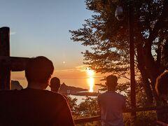 っと、もたもたしていたら、そろそろ日の入りの時刻になってきた。 キャンプ場敷地内にある「夕陽台展望台」に行ってみると既に多くの人が集まっていた。 18:35