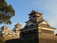 晴れ渡る青空のもと、天を突きそびえ立つ熊本城。 国指定重要文化財。 『三の天守』とも呼ばれる宇土櫓(うとやぐら)は、地上5階・地下1階・建物の高さは約19m、土台石垣の高さは21m以上と大天守に次ぐ大きさです。 2016年(平成28年)の地震では、南に付く続櫓(つづきやぐら)が倒壊し、五階櫓の壁漆喰・床などが破損しました。