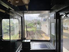 2両編成の列車は目的地に向かう。