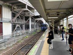 駅には8分前に到着。ホームに降りるとちょうど電車が到着する所だった。