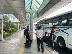 入口を出るとすぐに市内へのバスの停留所があり、既にバスが停車していた。 時間があったら足湯にでもつかろうと思ったが、そのままバスに乗り込む  11時発のバスに乗って、鹿児島市内へ向かう。 幸い雨は落ち着いていた。