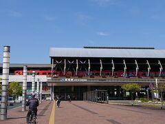 高知駅。 写真を見て気がつきましたが、アンパンマン列車がとまってます!