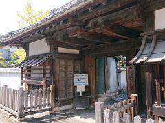 駅から少し下った所にある「大川筋武家屋敷」に到着。 凄く立派な門構えです。