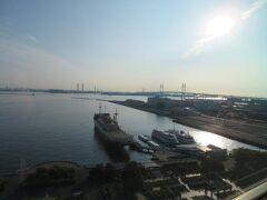 5月25日午前6時。 横浜のホテルニューグランドで迎える朝。 海面に反射する朝の陽ざしがまぶしい♪ 今日も氷川丸にご挨拶。