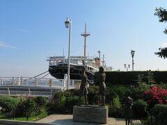 氷川丸の前には日米友好ガールスカウトの像