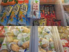 北海道のコンビニ「セイコーマート」があったので入ってみる。 アイスボックスに見たことのないアイスがいっぱい! 食べたい、でもさっきコーンパンでお腹いっぱいだしきっと夜もごちそうだろうし…で我慢。