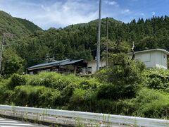 倉本駅は車道から少し上の高さにあります。