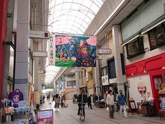帯屋町商店街には大きなフラフが吊るしてあります。