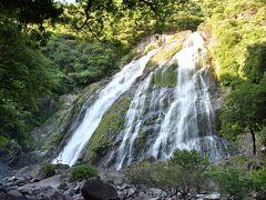 屋久島初日に訪れた千尋の滝もなかなかでしたが、この大川の滝の間近まで行けてかなりの迫力。  滝壺の岩に人が立ってるんですが、見えますか? こんなスケールの大川の滝。