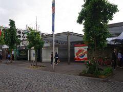 ベンラーター通りを西に歩いて行くと、 カール広場(Carlsplatz)に出ます。 主に食料品を扱う市場があり、 8~18時(土曜は16時)の営業ですが、日曜はお休みです。 既に19時半なので、閉店していました。