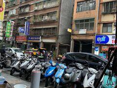 雨が降ってきましたが、中国のアーケード街「騎楼」は濡れなくて便利ですね。 中国南部~台湾によくあるのは、やはりにわか雨が多かったり日差しが強いという気候と関係あるのでしょう。