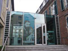 ヘッチェンス陶磁器博物館 (Hetjens-Museum)。 「ようこそ!」の文字が嬉しいですね。