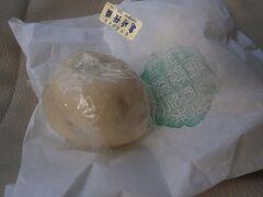 ここで紀伊國屋本店で購入した亀崎饅頭をいただきます。