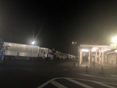 途中「日本平PA」で休憩 ここはトラックがたくさん止まっていました 夜のPAはどこもそうかな?