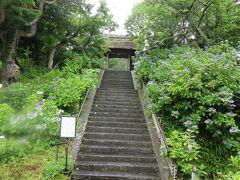 東慶寺の門を通るとたくさんの階段がありました。鎌倉時代に女性から離縁をすることができず、この寺に駆け込めば離縁できる女性救済のお寺として開山したことは有名です。この階段を上り切らないと山門をくぐることはできません。最後のひと頑張りの階段だったかもしれません。