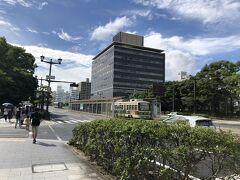 広島も路面電車が走ってるぅ~! そこは駅になっていました そしてこの写真の左に見える緑のところに向かいます