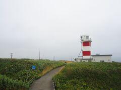 宗谷岬灯台。 海上保安庁のホームページで灯台のライブカメラ映像を見る事が出来ます。 もとは去年の11月に計画していた今回の旅ですが、コロナやらで何度か延期しており今回漸く訪れる事が出来ました。 その間、仕事中にこっそりライブカメラの映像をほぼ毎日見ては「絶対行く…」と決意を強めていた、そんな思い出のある宗谷岬灯台。 半年以上そんな生活をしていたので映像を見るのが癖になってしまい、帰って来た今もよく見ています。