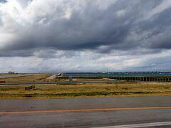 那覇空港到着。 ちょっと雲が怪しい。