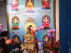 龍山寺を一歩出ると商店街ですが、お店とお店の隙間にもちょっとしたお祈りスポットが。神様とともに生きる街ですね。