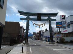 町のシンボルともいえる「金鳥居(かなどりい)」。 富士山登山道の初めの門でもあリ、 文字通リ「富士山信仰の入り口」として親しまれているヨ。