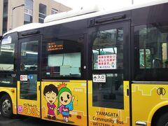 こんな感じの可愛いコミュニティバスに乗って駅へ。運賃は100円です。