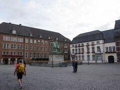 ブルク広場から少し南下するとマルクト広場(Marktplatz)に出ます。 プファルツ選帝侯ヨハン・ヴィルヘルム2世の騎馬像があります。 ここではクリスマスマーケットが開かれるそうです。