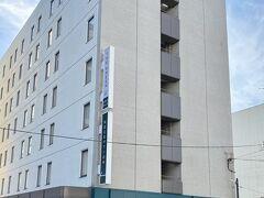 港から小樽グリーンホテルはすぐでした  コチラの本館でチェックインして  向かい側の別館に行きました  駐車場は本館の裏側でした