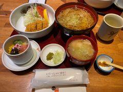 昼食はアミュプラザ内にあるレストラン「いちにいさん」へ。 黒豚しゃぶかつそばセット(¥1000)。