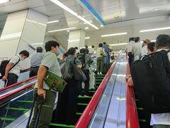 5:45 羽田空港に到着。 出発は最寄り駅の始発前。でも今はUberで簡単に車をお願いできるので早朝のフライトでも安心です。途中駅まで送ってもらい京急で羽田空港に到着。早朝で電車の本数が少ないからか、夏休みにはいったからか、こんな早朝にもかかわらず改札を出ると空港に向かう人が多くてビックリ((+_+))