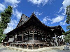 少し歩いて本光寺。 市内で一番大きい木造建築なのだとか。