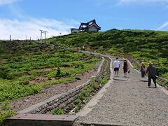 一度、レストハウスに戻り、展望台とは反対方向にある刈田峰(かったみね)神社にも行ってみることにしました。