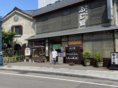 50分ほどで小樽の寿司屋「ふじ鮨」へ。