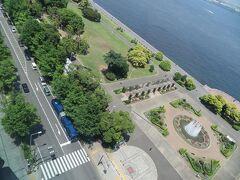 お昼前。 お部屋の窓から眺めた山下公園通りにはBAYSIDE BLUE(横浜市バスの連接バス)がいました。
